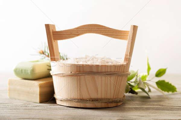 Fürdősó fából készült vödör aromás kézzel készített szappan Stock fotó © Artspace