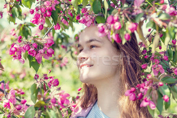 Jeune fille verger de pommiers printemps cute romantique Photo stock © artsvitlyna