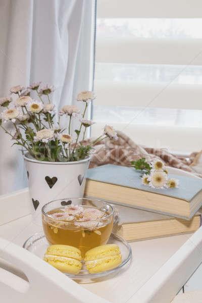 Perfeito lugar flores chá livros doce Foto stock © artsvitlyna