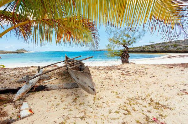 Opuszczony łodzi plaża piaszczysta Madagaskar tradycyjny Zdjęcia stock © artush