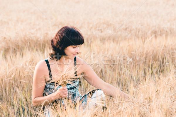 Di mezza età bellezza donna orzo campo estate Foto d'archivio © artush