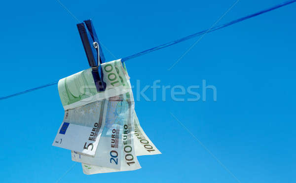 Euro geld bankbiljetten opknoping waslijn blauwe hemel Stockfoto © artush