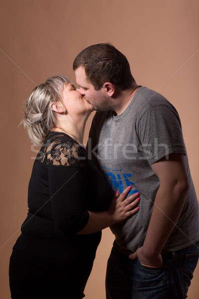 Stockfoto: Mooie · xxl · vrouw · zoenen · echtgenoot · studio