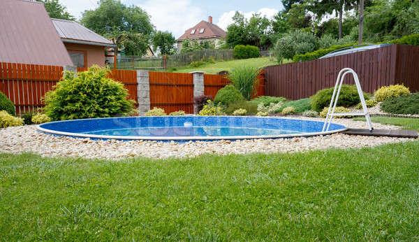 Mały domu basen wiejski ogród Zdjęcia stock © artush