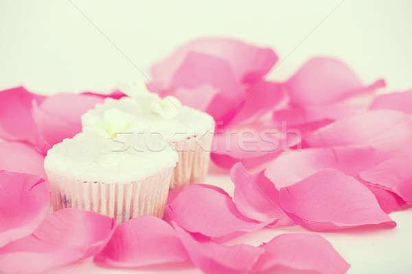 Muffinok fehér cukormáz minitorták asztal rózsaszirmok Stock fotó © artush