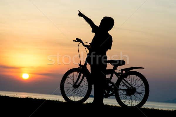 Silueta nino playa cielo deporte puesta de sol Foto stock © arztsamui