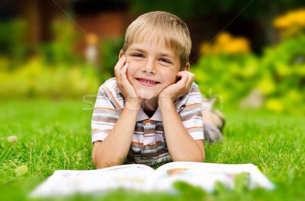Beauté souriant enfant garçon lecture livre Photo stock © ashumskiy