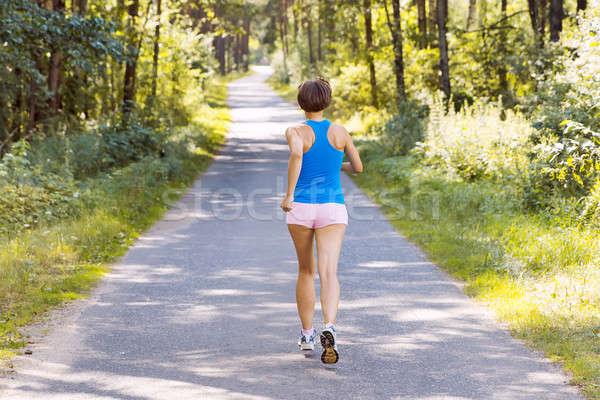 Jonge vrouw runner lopen weg bos Stockfoto © ashumskiy
