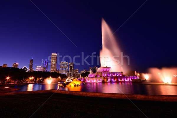 Chicago sziluett szökőkút éjszaka panoráma felhőkarcolók Stock fotó © asturianu