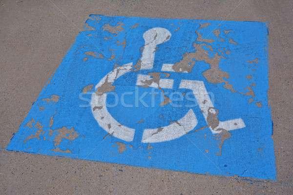 Mozgássérült parkolás felirat festett aszfalt kék Stock fotó © asturianu
