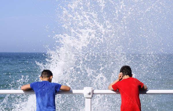 Dwa chłopców stałego pokład patrząc w dół wody Zdjęcia stock © asturianu