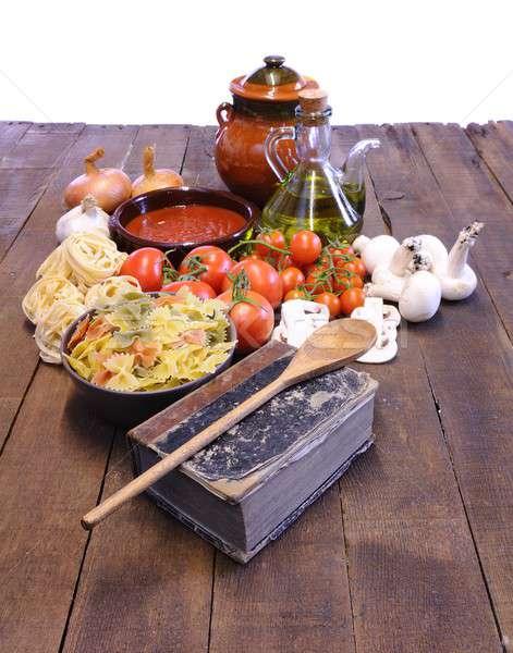 Książka kucharska stół kuchenny składniki oleju pomidorów gotowania Zdjęcia stock © asturianu