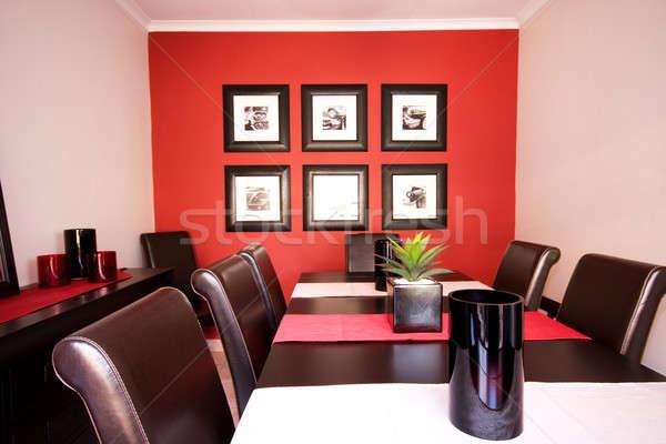 Eetkamer interieur Rood muur gezellig Stockfoto © avdveen