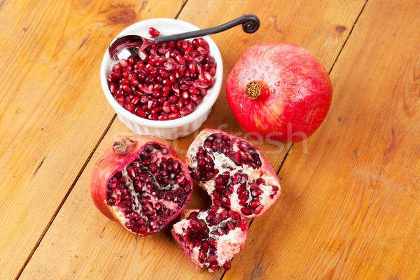 Kesmek açmak bütün nar meyve ahşap masa Stok fotoğraf © avdveen