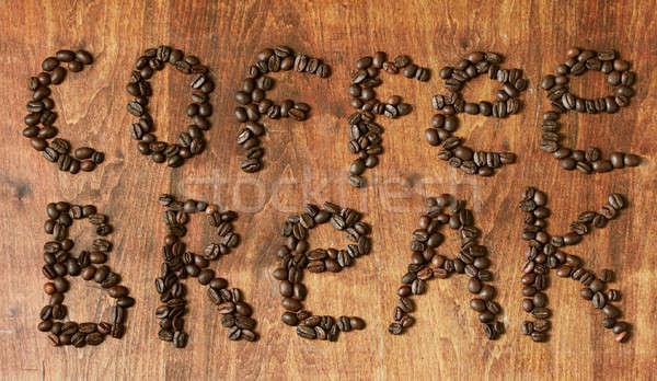 Pausa caffè chicchi di caffè tavolo in legno muro tavola gruppo Foto d'archivio © Avlntn