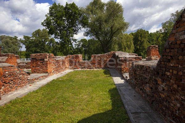 Erőd romok megőrzött épületek Fehéroroszország fű Stock fotó © avq