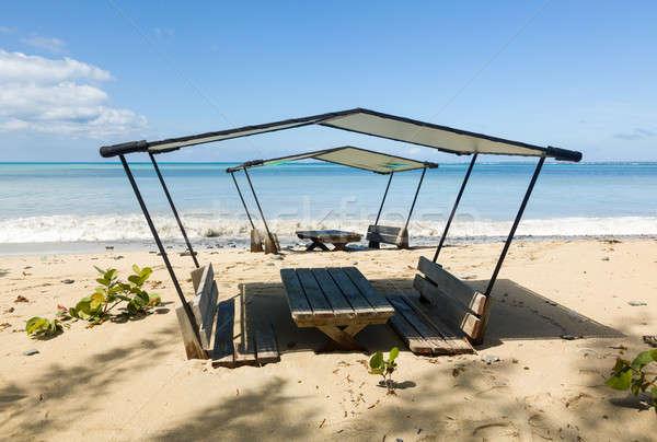 Foto stock: Bar · tabela · cadeiras · enterrado · areia · para · cima