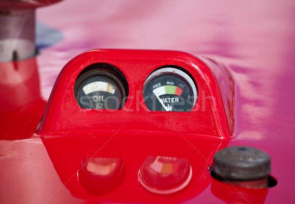 Velho aviso trator antigo vermelho pintado Foto stock © backyardproductions