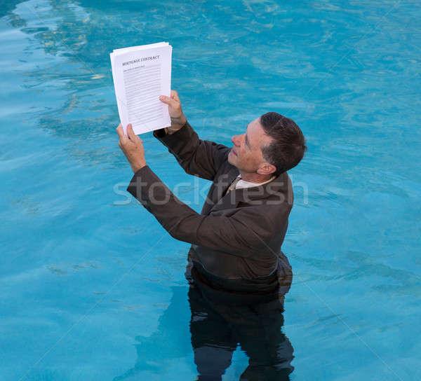 Senior Mann halten Hypothek Darlehen Dokument Stock foto © backyardproductions