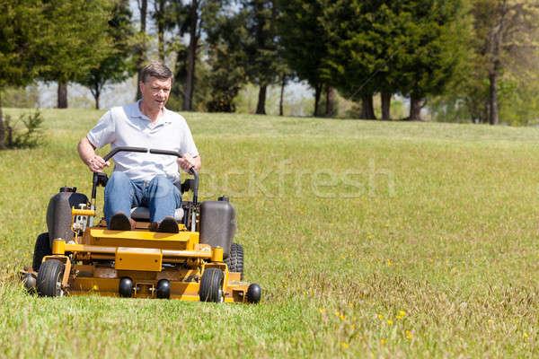 Idős férfi nulla fordul fűnyíró tőzeg Stock fotó © backyardproductions