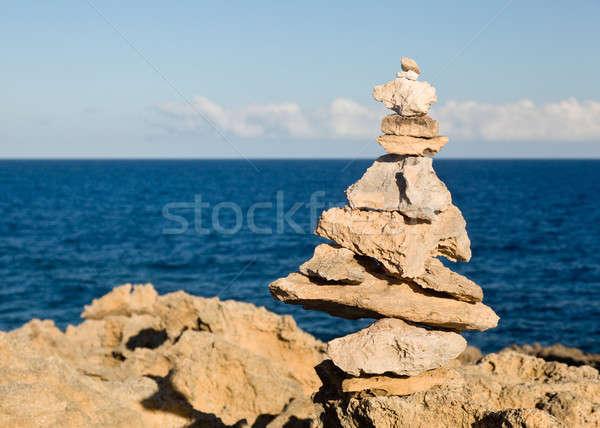 Rochas costa pirâmide equilibrado Foto stock © backyardproductions