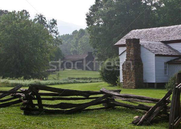 Blanche ferme bâtiments bois rustique clôture Photo stock © backyardproductions