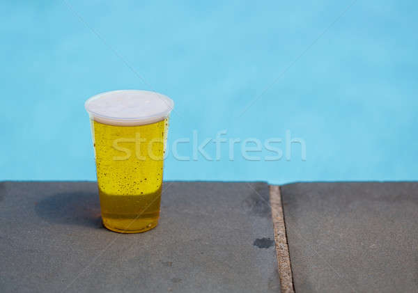 Gouden bier beschikbaar plastic beker Stockfoto © backyardproductions
