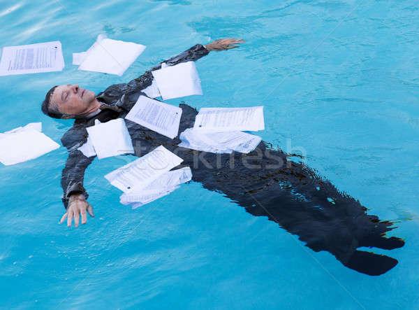 Idős férfi lebeg papírok víz kaukázusi Stock fotó © backyardproductions