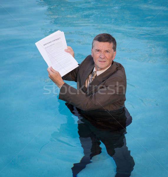 Foto stock: Senior · homem · hipoteca · empréstimo · documento