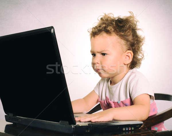 Ernstig kind vergadering typen laptop focus Stockfoto © badmanproduction