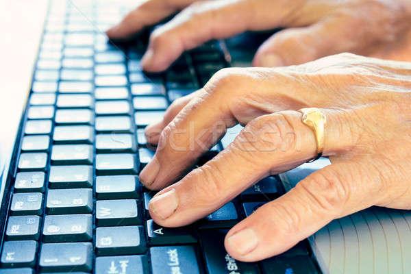 öreg kezek gépel női számítógép fókusz Stock fotó © badmanproduction