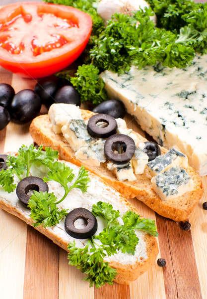 Formaggio tipo gorgonzola bruschetta messa a fuoco selettiva tavola bere formaggio Foto d'archivio © badmanproduction