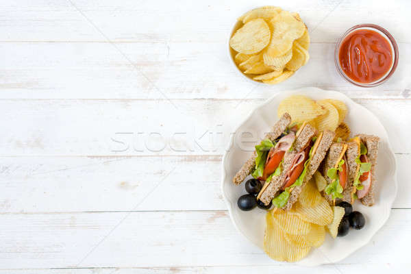 Serviert Club Sandwiches Kartoffelchips Essen Stock foto © badmanproduction