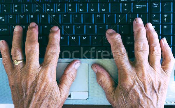 Gépel kezek öreg számítógép billentyűzet számítógép nő Stock fotó © badmanproduction