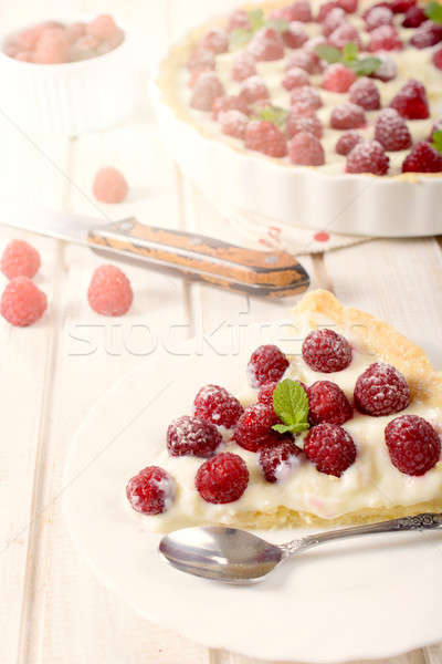 Tranche framboises tarte mise au point sélective plaque fruits Photo stock © badmanproduction