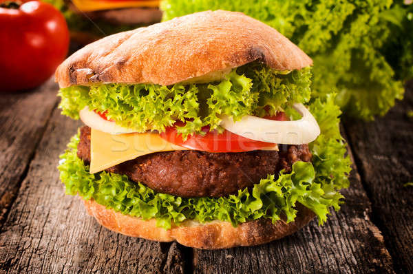 Cheeseburger boeuf alimentaire pain rouge salade Photo stock © badmanproduction