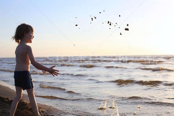 Heureux enfant sable mer coucher du soleil Photo stock © Bananna