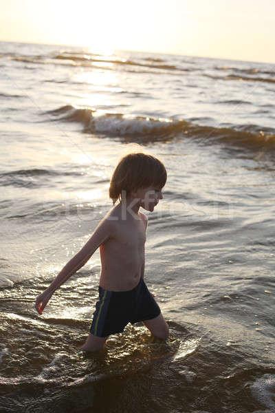 Zamyślony chłopca spaceru morza strój kąpielowy patrząc Zdjęcia stock © Bananna