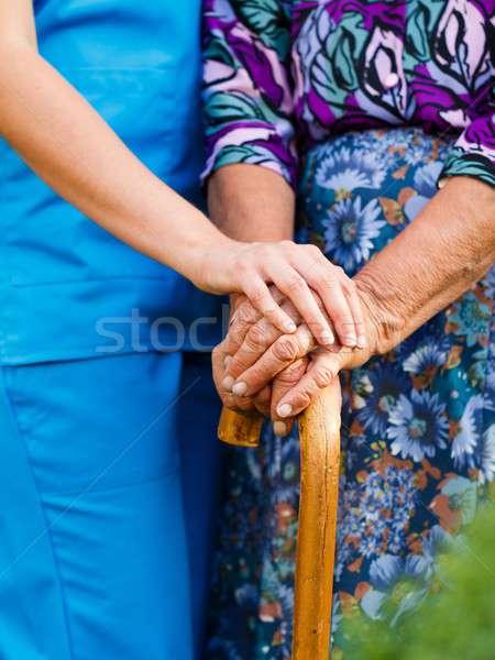 öreg emberek idős kéz mosoly orvos Stock fotó © barabasa