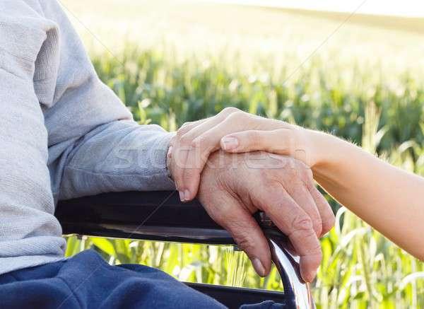 Alzheimer-kór kéz nagyapa szeretet otthon segítség Stock fotó © barabasa
