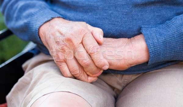 Oude handen oude man vergadering rolstoel omhoog Stockfoto © barabasa