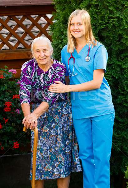 Lopen tuin ouderen patiënt arts ziekenhuis Stockfoto © barabasa