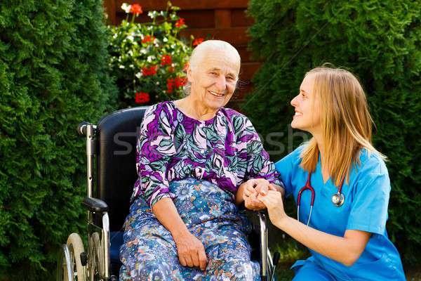 Maison de retraite services vieille femme médecin femme Photo stock © barabasa