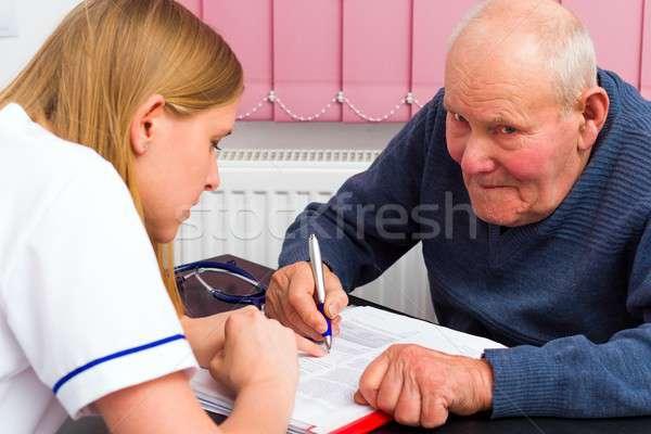 Seguro de salud procedimiento médico ancianos hombre firma documentos Foto stock © barabasa
