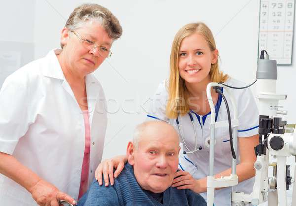 Oude oude man verpleegkundige arts optische examen Stockfoto © barabasa