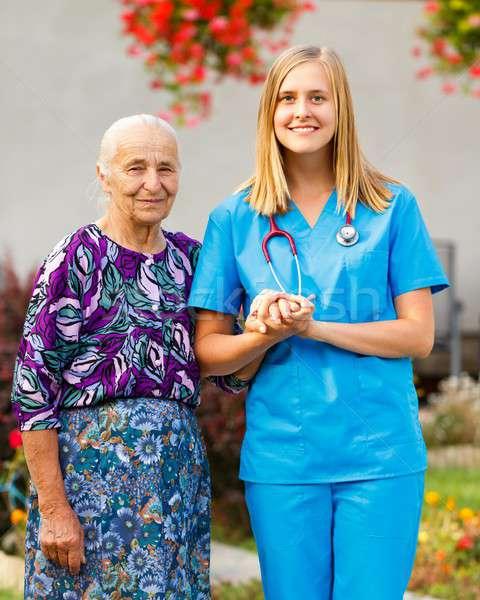 Marche maisons jardin médecin heureux âgées Photo stock © barabasa