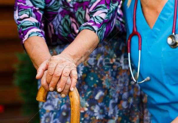 Ondersteuning gehandicapten ouderen jonge arts hand Stockfoto © barabasa