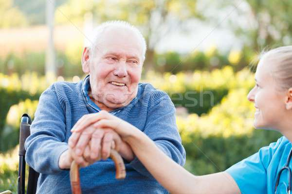 Gülen hasta genç mutlu doktor destek Stok fotoğraf © barabasa