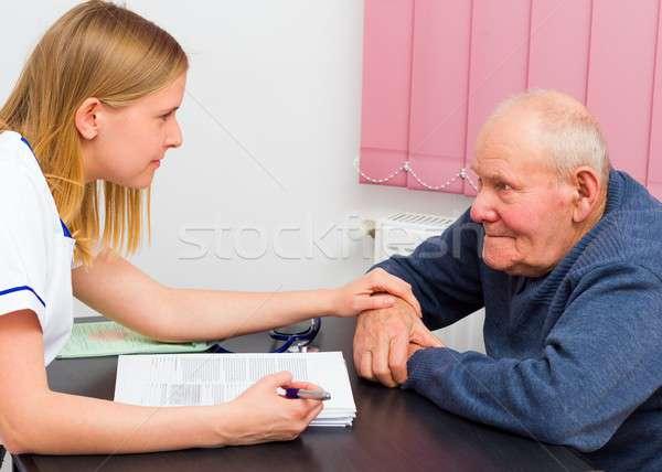 медицинская помощь молодые врач пожилого пациент серьезный Сток-фото © barabasa