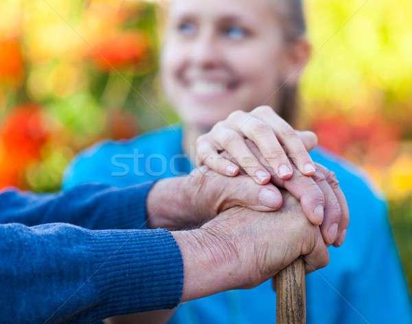 Helpen jonge vrouwelijke arts patiënt Stockfoto © barabasa